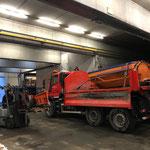 Holderpflug und Mietstreuer abladen am Bauhof