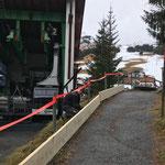 """""""Schneefang"""" montieren Winterwanderweg hinter der Rüfikopftalstation"""