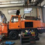 Rolba 1500, Reparatur Verteilergetriebe, abnehmen der Motorhaube mit Hallenkran
