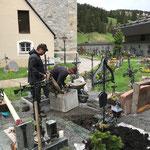 Urnenschacht setzen am Friedhof