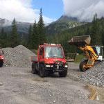 Material laden gegenüber Zuger Säge für Wegsanierung Auenfeldsattel - Karbühel