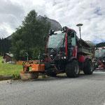 Holder mit Unkrautbesen und Holder-Kehrmaschine im Einsatz am Omesberg