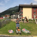 Rasenpflege am Spielplatz sport.park.lech