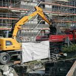 Materialtransport Sohlvertiefung Lechbach beim Gemeindezentrum, mit U530