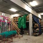 Plastikplanen zum Trocknen aufhängen im Baulager