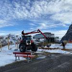 Spielplatz Seekopf Berg, Mithilfe beim Ausbringen von Hackschnitzeln als Fallschutz
