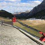 Neue Schneefang-Hölzer montieren Gasthaus Älpele, mit Drehleiter FF Lech