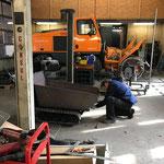 Der letzte Feinschliff am umgebauten Raupentransporter mit neuer Ladewanne und Hubhydraulik