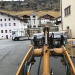 Drittleistung: Strolz Filiale Zürs, Abladen einer neuen Skiservicemaschine