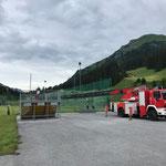 Fußballplatz: Netze fertig aufhängen