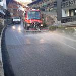 Straßenabschnitt waschen am Tannberg, mit U400 und Waschequipment (Spritzbalken, Fass)