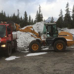 Neubau Vordere Butzenbrücke: Material für Schüttung laden