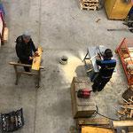 Abbau Fußballplatzhütte -  Holz schneiden und spalten für Brennholz