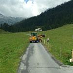 Hülsen für Winterwanderwegtafeln betonieren, Mautstelle Zug