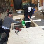 Der Eisstockkasten für den Eisplatz Zürs nimmt Formen an.