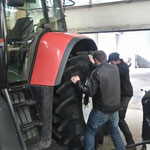 Reifenmontage am Steyr 6190 CVT