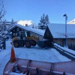 Schneeräumarbeiten beim Dorfbrunnen