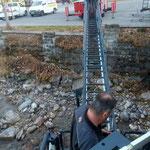 Konsolenmontage Straßenbeleuchtung, mit der Hilfe der Drehleiter der FF Lech