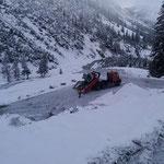 Bagger abladen für Feintuning Rampe Winterwanderweg Lech-Zürs Höhe Deponie