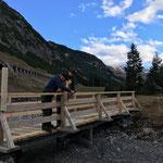 Geländererhöhungen Winterwanderweg Zürs montieren und Brücken unterstellen