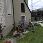 Rasenpflege im Friedhof