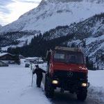 Stangen stellen für Winterwanderweg Mautstraße