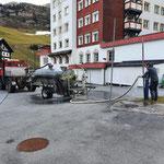 Straßenwäsche mit U1600 und Pumpfass in Zürs, Fass füllen