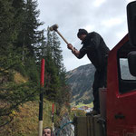 Schneestangen setzen Richtung Zug, Einschlagen der Stangen