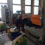 Reparaturarbeiten am Deutz-Fahrcontainer-Anhänger
