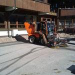 Abbau Bühne und Zelt Schulplatz, Reinigungsarbeiten mit Holder C270, Kehrmaschine