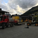 Abbau Philosophicum Lech, Abladen Teppichkisten und Zeltmaterial am Kirchplatz