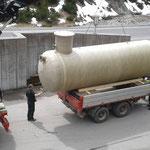 Kinderbecken neu: Verladen des Überlauftankes am Bauhof, auf U400 und Tandemhänger
