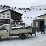 Mülldienst in Zürs, Eis entfernen Buswartehütte