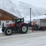 Schneeräumung Gehsteige mit Hängerfräse