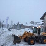 Lader 524 Schneeräumung beim Dorfbrunnen