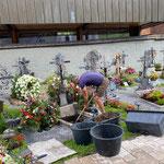 Grab vorbereiten für Urnenbeisetzung