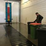Mülltonnenreinigung in der Waschhalle