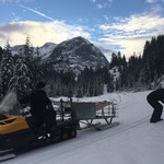 Skidoo-Schneewiesel im Einsatz mit Hänger