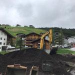 Material abtragen, Fundamente ausgraben Spielplatz alt