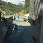 Neubau vordere Butzenbrücke: Abladen der Doppel-T-Träger am Bauhof