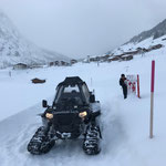 Polaris Sportsman ACE, Winterwanderwegpflege, Bänke richten in Zug...