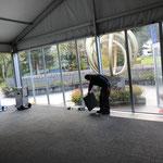 Teppich im Zelt abbauen