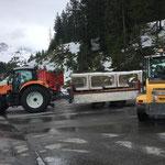 Weitere Betonelemente für Poolabdeckungen ins Waldbad transportieren...