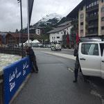 Transparente für Tour de Suisse hängen