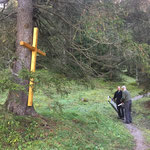 Pestfriedhof Ebra: Anbringen des Kreuzes