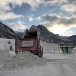 Schnee abkippen mit U530 für Lech Zürs Veranstaltung Snow + Safety hinter dem sport.park.lech