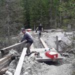 Montage der Holzelemente, Brücke neu