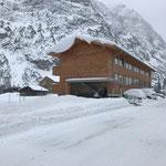 Winterwanderwegpflege in Zug, mit E-Skidoo und Hänger