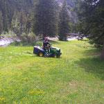 Rasenmähen im Waldbad