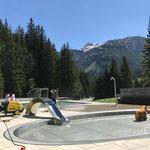 Vorbereitungsarbeiten im Waldbad Lech, Kinderbecken einlaufen lassen und Platten reinigen